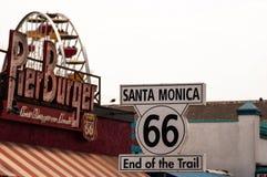 Route 66 huvudvägtecken på slutet av Route 66 i Santa Monica, Kalifornien Förenta staterna royaltyfria foton