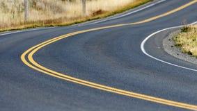 Route incurvée avec la ligne jaune Images libres de droits
