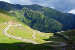 Route incurvée difficile en montagnes Image libre de droits