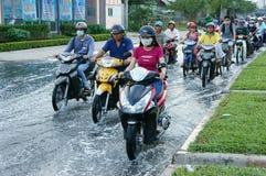 Route inondée, marée d'inondation, motocyclette, ville Images stock