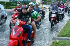 Route inondée, marée d'inondation, motocyclette, ville Photo stock