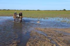 Route inondée par croix de villageois Photos libres de droits