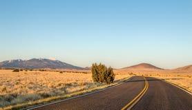 Route isolée à la hampe de drapeaux Arizona avec des crêtes de San Francisco images libres de droits