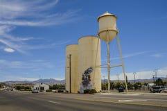 Route 66, Kingman, vieille tour d'eau, cuves de stockage Photo stock