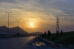 Route la nuit pour rencontrer le coucher du soleil Photographie stock libre de droits