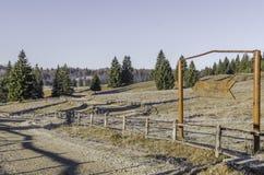 Route latérale de saleté par les montagnes Photos stock