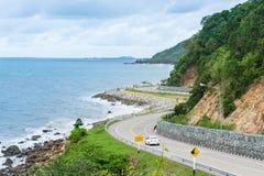Route le long du bord de la mer, province de Chantaburi, Thaïlande Image libre de droits