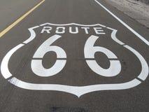 Route 66 Logo Printed en el camino de la madre en California imágenes de archivo libres de regalías