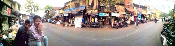 Route lumineuse de taudis de dharavi de panorama photographie stock libre de droits