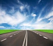 Route menant à l'horizon. Image stock