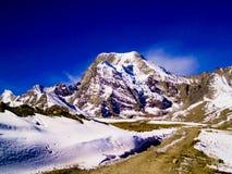 Route menant à la crête de montagne Photo libre de droits