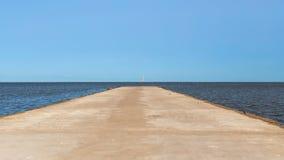 Route menant à la mer à l'horizon image stock