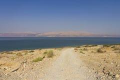 Route menant à la plage de mer morte Images stock