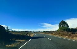 Route menant à Whakapapa Ski Field, Ruapehu photographie stock libre de droits