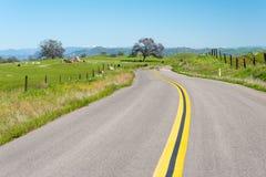 Route menant au côté de pays en Californie Images libres de droits