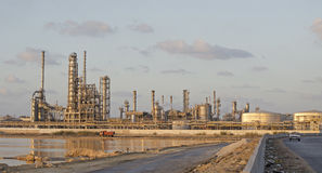 Route menant à l'usine de produits pétrochimiques Images stock