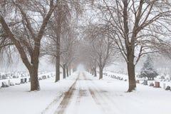 Route menant par un cimetière Photo libre de droits