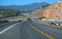Route moderne courbant par le terrain montagneux photo libre de droits