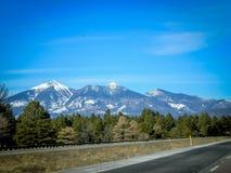 Route, montagnes et arbres Image stock