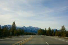 Route, montagnes, et arbres Image libre de droits