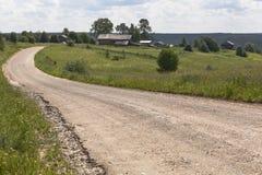 Route moulue allant au village Vue du village Markovskaya, région de Vologda de secteur de Verhovazhsky Image stock
