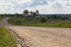 Route moulue allant au village Vue du village Markovskaya, région de Vologda de secteur de Verhovazhsky Photographie stock libre de droits