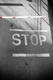 Route noire et blanche avec le signe rouge Image libre de droits