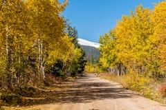 Route non pavée au jour ensoleillé d'automne Images stock