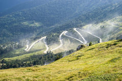 Route non pavée par des montagnes Image stock