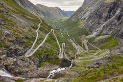 Route norvégienne de montagne Trollstigen Cascade à écriture ligne par ligne de Stigfossen Norw Photographie stock