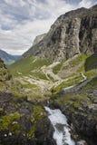 Route norvégienne de montagne Trollstigen Cascade à écriture ligne par ligne de Stigfossen Norw Images stock