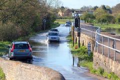 Route noyée par la forte pluie récente. Photos libres de droits