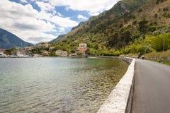 Route op kust in baai Kotor - Montenegro Stock Afbeeldingen