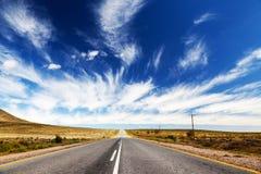 Route ou omnibus sans fin et isolée photo stock
