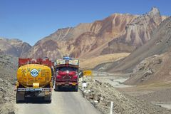Route over land aan Leh in Ladakh royalty-vrije stock afbeeldingen