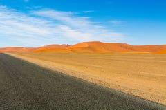 Route par des dunes Photos stock