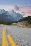 Route par des montagnes photographie stock