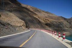 Route par des montagnes Image libre de droits