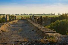 Route par la vieille négligence arquée de pont photo libre de droits