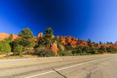 Route par le canyon rouge en Utah, Etats-Unis Photographie stock