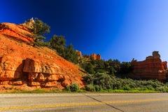 Route par le canyon rouge en Utah, Etats-Unis Images libres de droits
