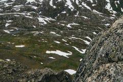 Route par le paysage sans vie de toundra Photographie stock
