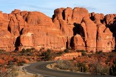 Route par le stationnement national de voûtes en Utah, Etats-Unis Images stock