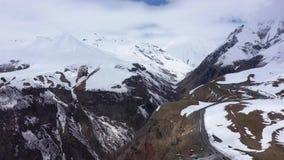 Route parmi les montagnes couronnées de neige du Caucase Près de la gorge banque de vidéos