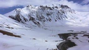 Route parmi les montagnes couronnées de neige du Caucase clips vidéos