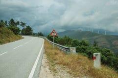 Route passant par le paysage et le poteau indicateur accidentés du trafic photographie stock