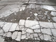 Route pavée détériorante et criquée photo libre de droits