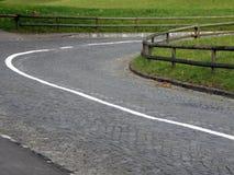 Route pavée en cailloutis de enroulement Images stock