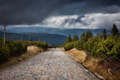 Route pavée par pierre dans les montagnes Photos stock