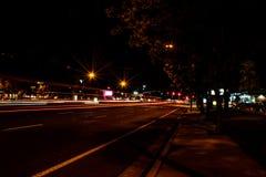 Route pendant la nuit de ville Images libres de droits